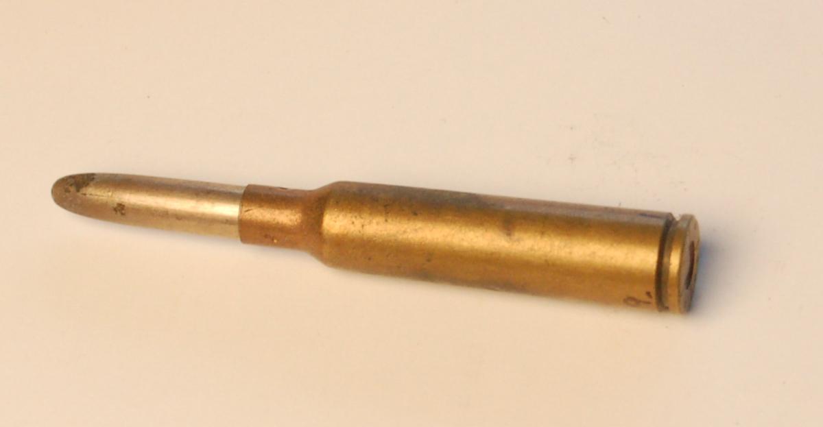 Fulladet flaskeformet geværpatron i 6,5 mm. med blyspiss.