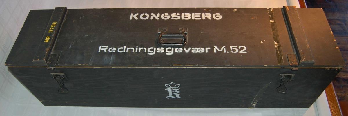 Gjenstanden er ei transport/oppbevaringskasse til eit Kongsberg redningsgevær M52