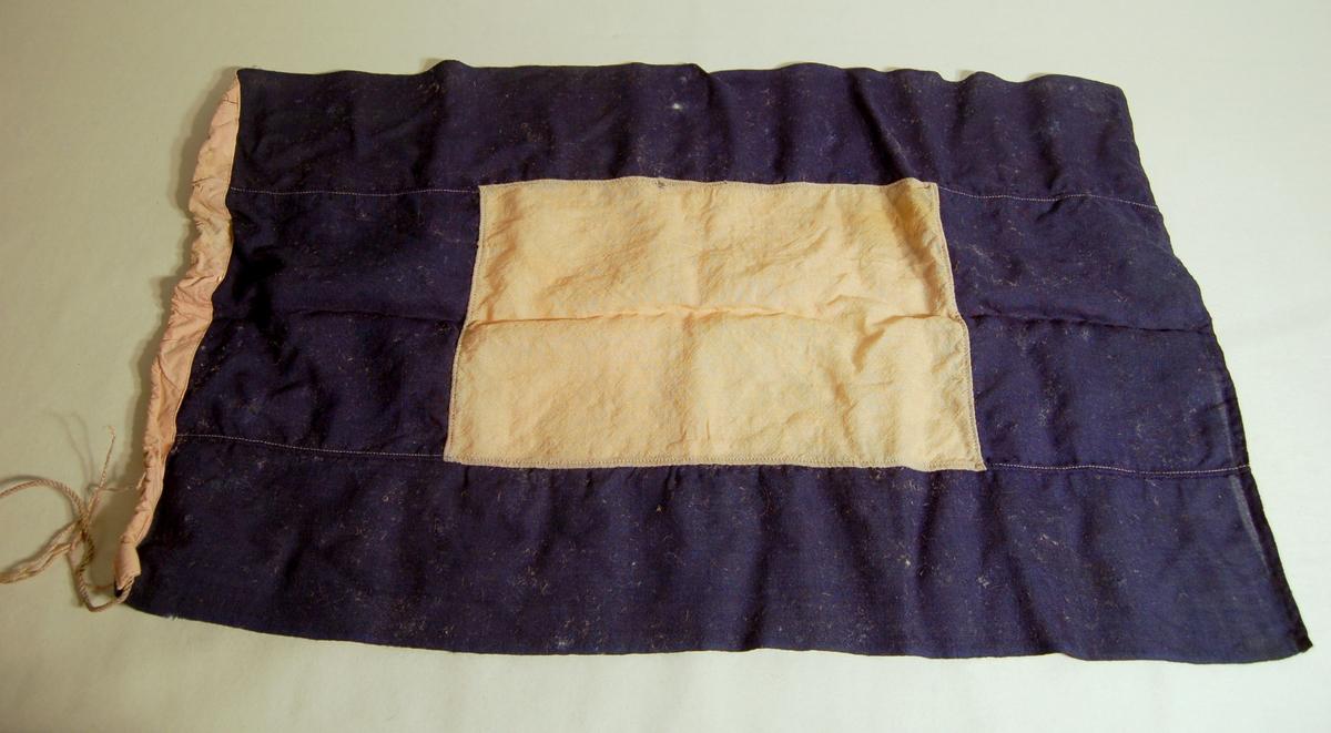 """Gjenstanden er et signalflagg i fargene Blå, Kvit, og som symboliserer bokstaven """"P""""."""
