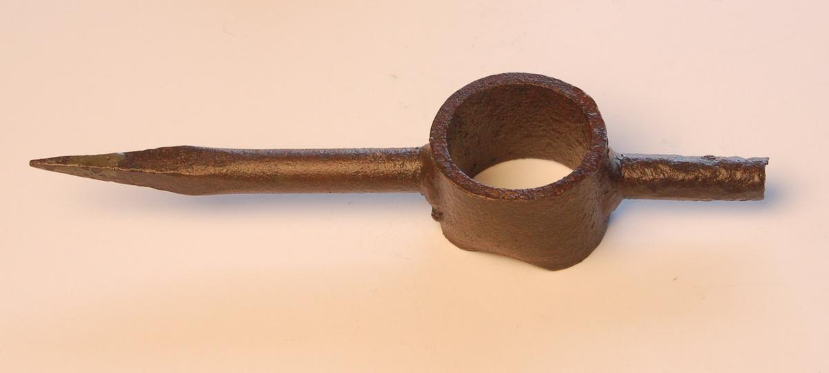 En lang og en kort jernpik sveiset til ein rørstuss, for festing til eit treskaft