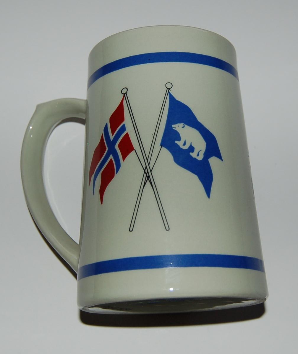 """Utsmykka kjegleformet suvenirkrus i glassert porselen. Motiv: M/S """"Polarstar"""". Norsk Flagg - Rederiflagg. Tekst: Polarstar"""