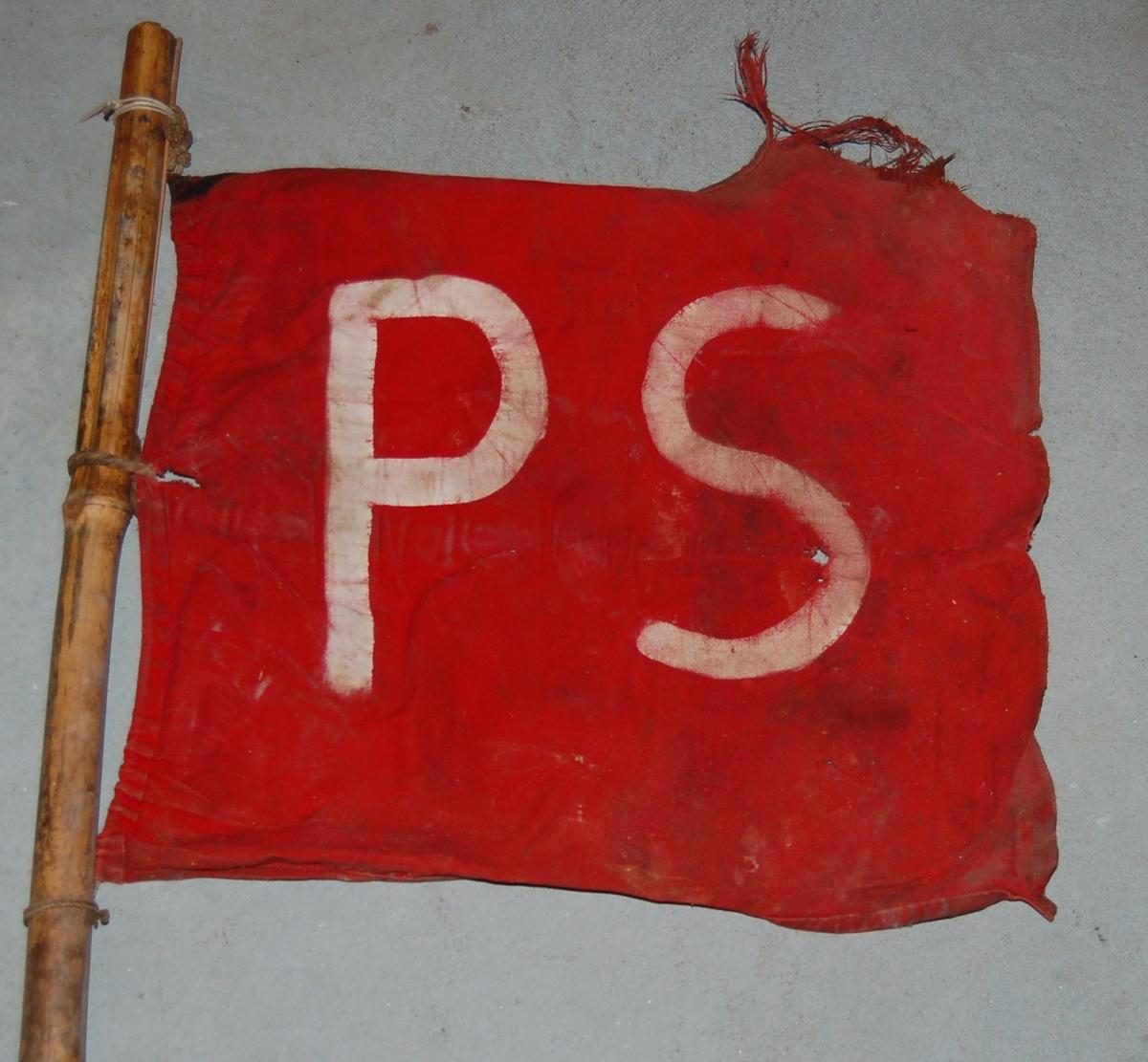 Flagg som regel påmalt skipet sin forbokstav, og festet til en stang av bambus til markering av skinndunger liggende på isen.