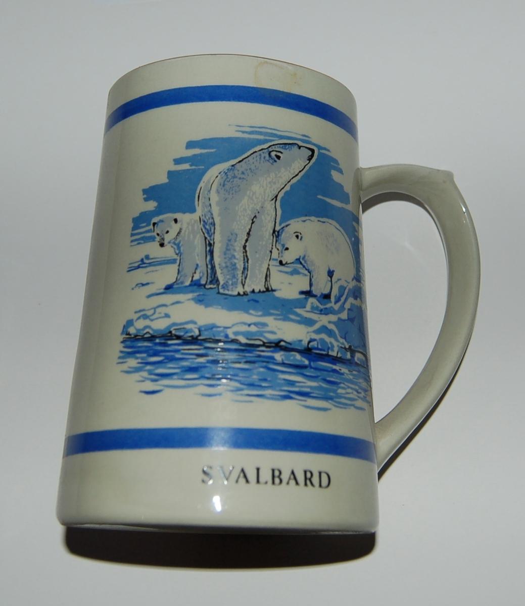 Utsmykka kjegleformet souvenirkrus i glassert porselen. Motiv: Kart over Svalbard - Isbjørnbinne med to unger. Tekst: Svalbard - Spitsbergen.