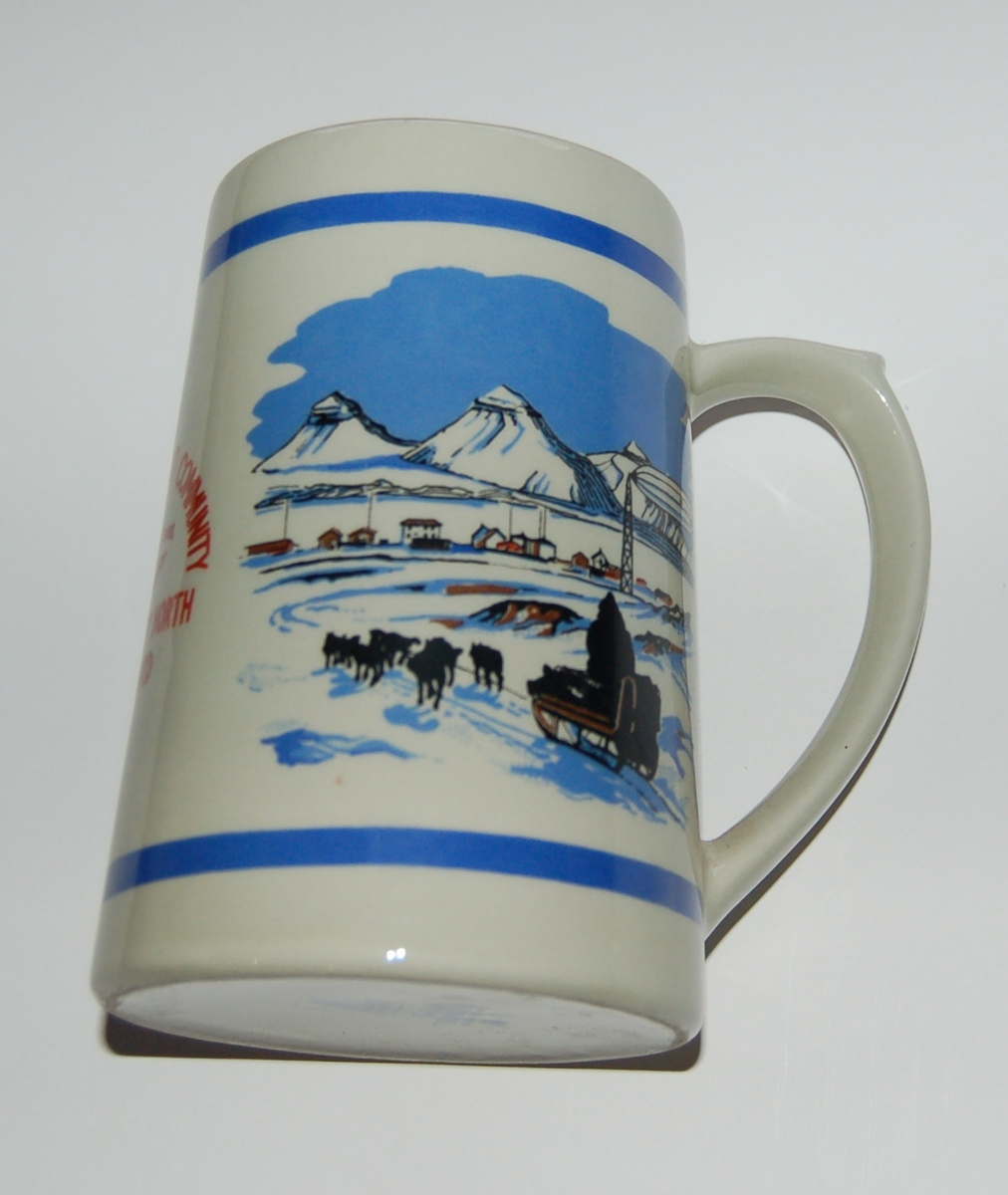 Utsmykka kjegleformet souvenirkrus i glassert porselen. Motiv: Kart over Svalbard. Hundespann. Tekst: Worlds Northmost Community. Kingsbay 79 grader North Svalbard.