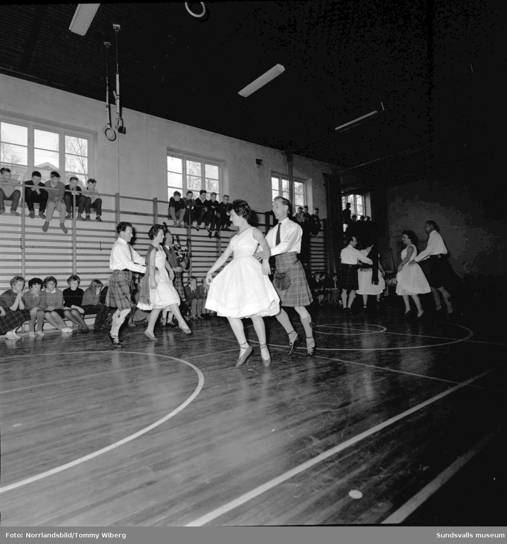 Ett skotskt folkdanslag uppträder på Höglundaskolan och W6.