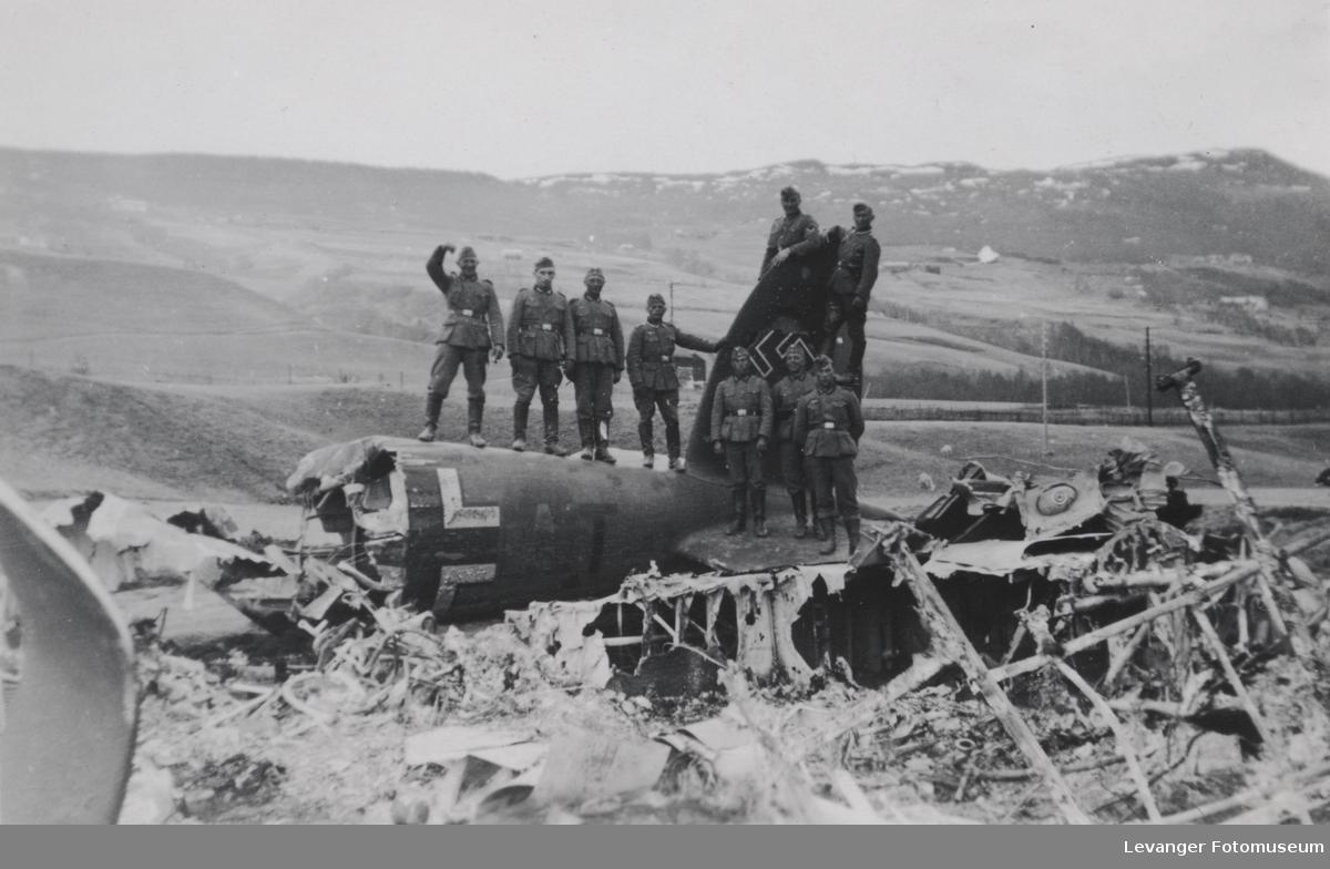 Vraket av Heinkel 111 skutt ned av britiske Skua fly 803 skvadron. Hele mannskapet overlevde. Dette er andre soldater,tatt noen tid etterpå.
