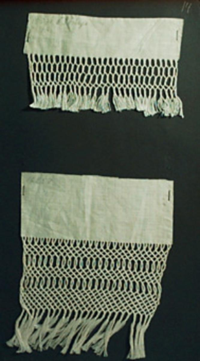 Två prov på fransflätning, trefläta. Lätta övningsspetsar. Varptrådarna från två halvblekta linnebitar är flätade till dessa mönster som är fasthäftade på svart kartong. Insatt i en pärm med prover från Kristianstad läns Hemslöjdskommitté. Det mindre provet, överst på sidan, har en påskrift med blyerts; 15571 Ö. Göinge.