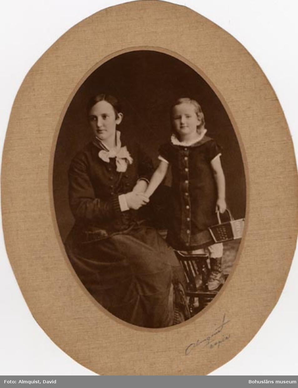 """Enl. handskriven text på porträttets baksida: """"Mor Ingrid Ekstrand och Elida (4 år)""""."""