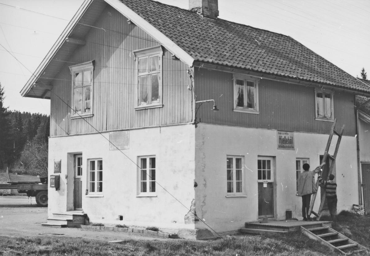 Fra Hjellebøl stasjon noen år etter nedleggelsen.