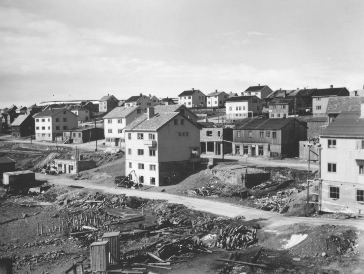 Motiv fra Vadsø. En ny gate er under bygging. Kaigata går fra Tollbugaten til Samvirkekaia (tidligere Johan Nordahls tomt). Gaten ble navngitt i 1947