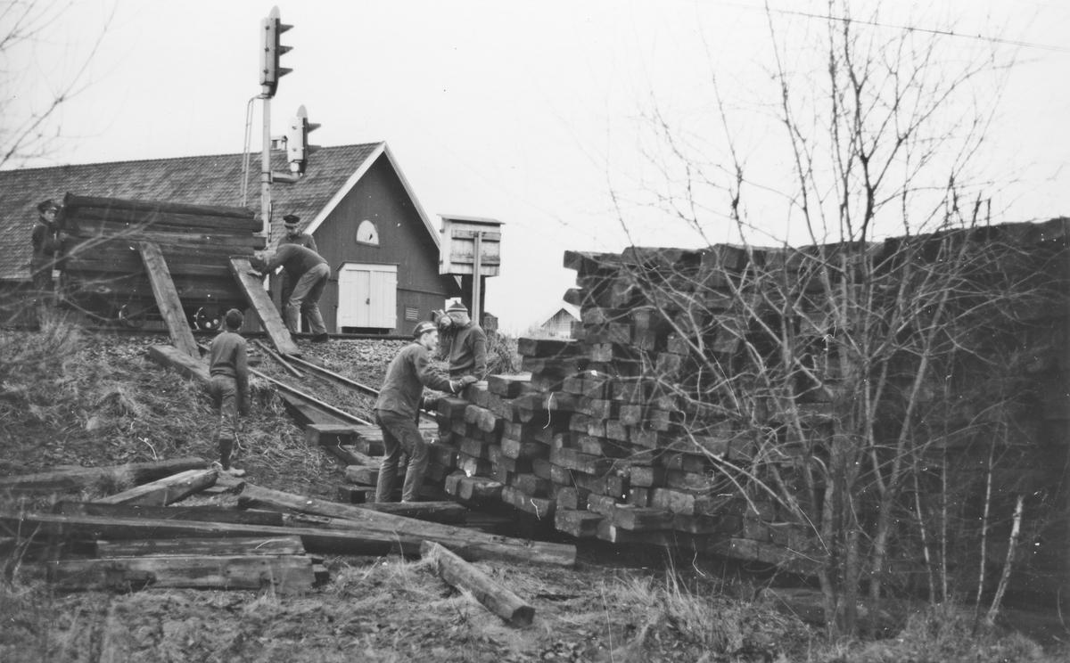 Transport av normalsporsviller fra Kongsvingerbanen til Urskog-Hølandsbanen.