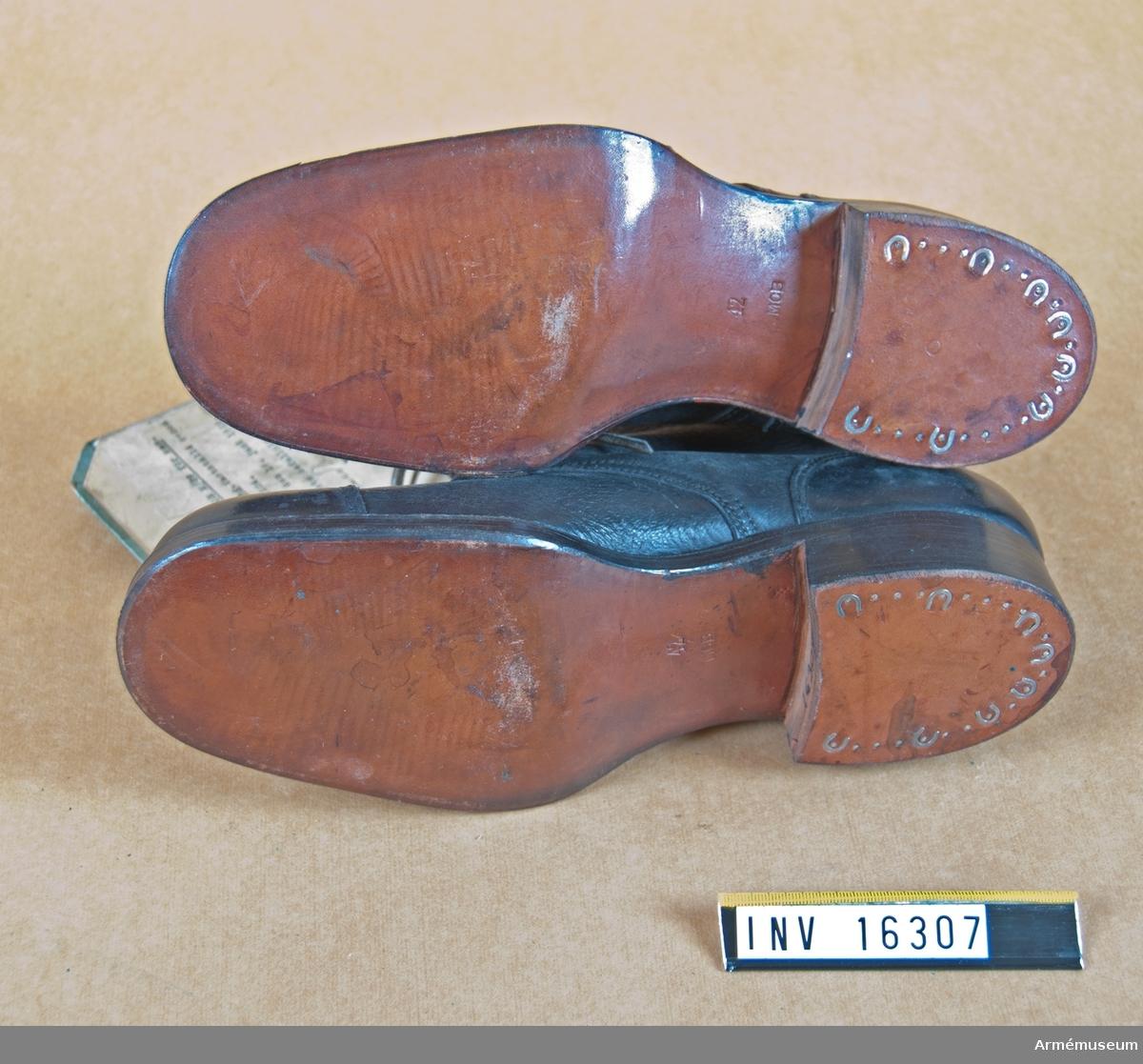 Lägerskodon m/1929 för manskap vid alla truppslag. Av svart läder med tåkappa och bakkappa och med snörning. Lädersulad. Märkt i botten: 42 MOB. Storlek 42. 1 par.