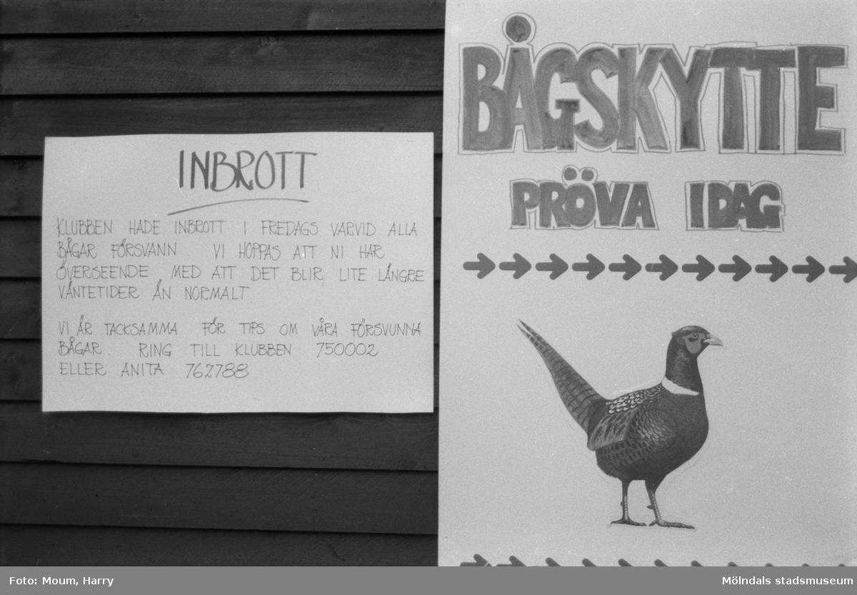 """Lindome bågskytteklubb anordnar poängpromenaden """"Gåsajakten"""" i Lindome, år 1984.  För mer information om bilden se under tilläggsinformation."""
