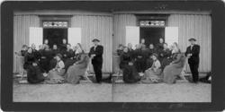Gruppfoto framför disponentbostaden Åker, Trollhättan 1902