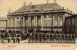 """Tryckt text på bilden: """"Vagtparaden paa Amalienborg""""."""