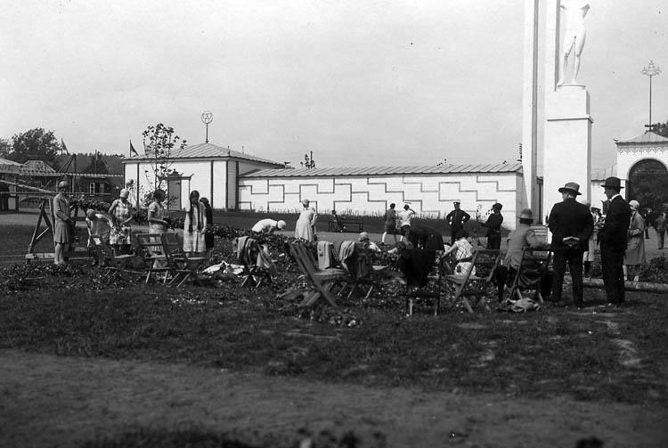 Uddevallautställningen 1928. Stång lövas framför skulptur av Carl Milles