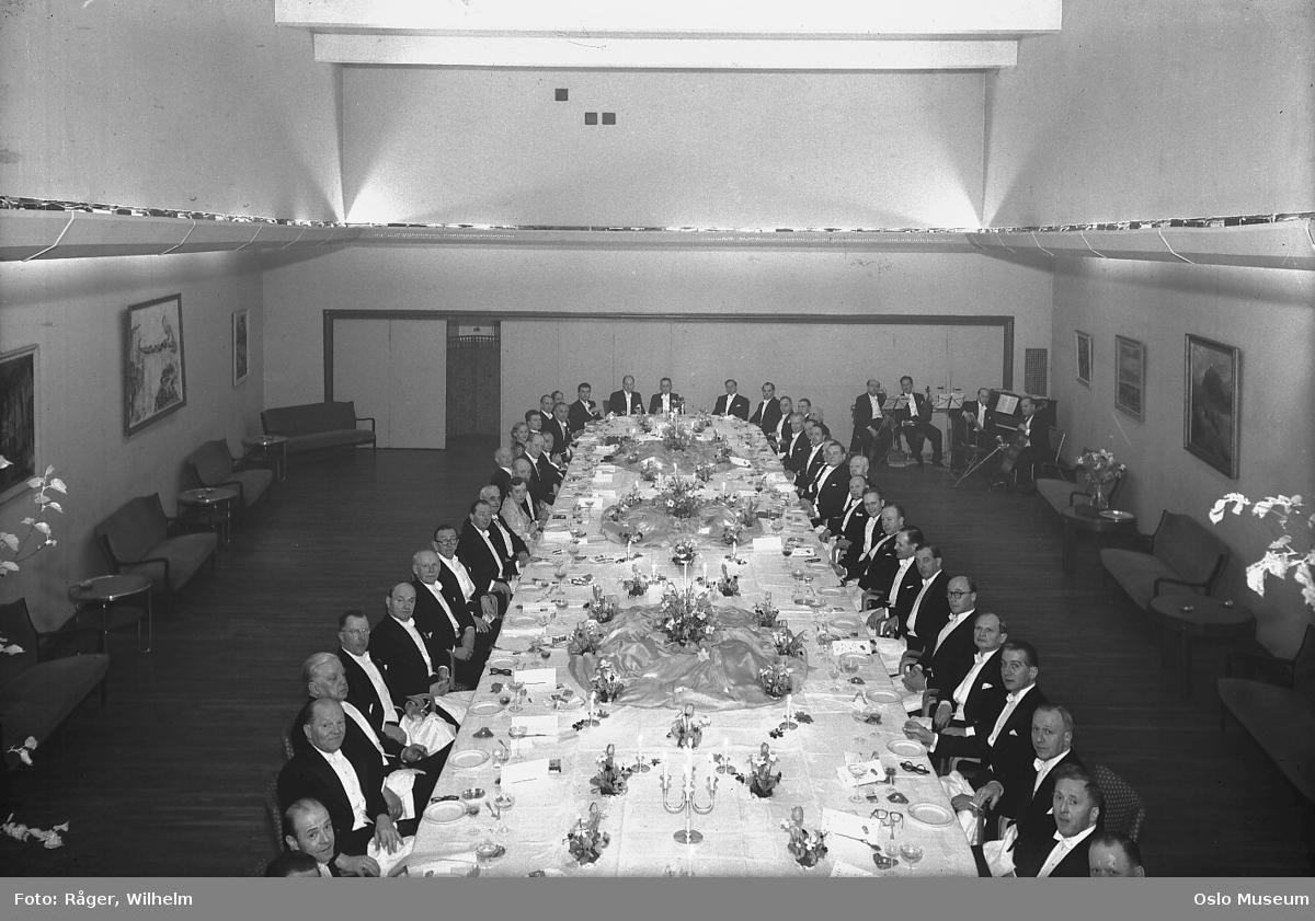 K.N.A.-hotellet, interiør, langbord, oppdekning, menn, kvinner, orkester