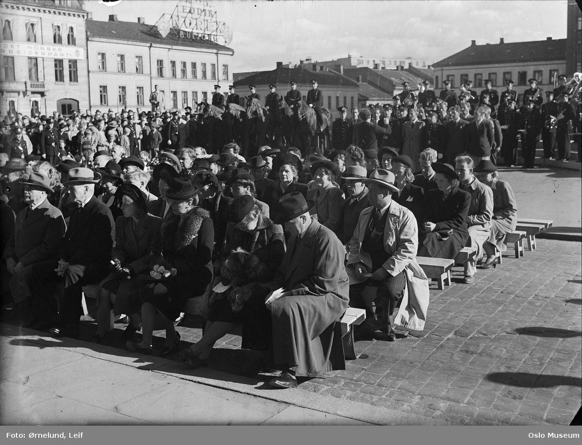 avduking av minnetavle over krigens falne, politimenn, politihester, publikum, bygårder