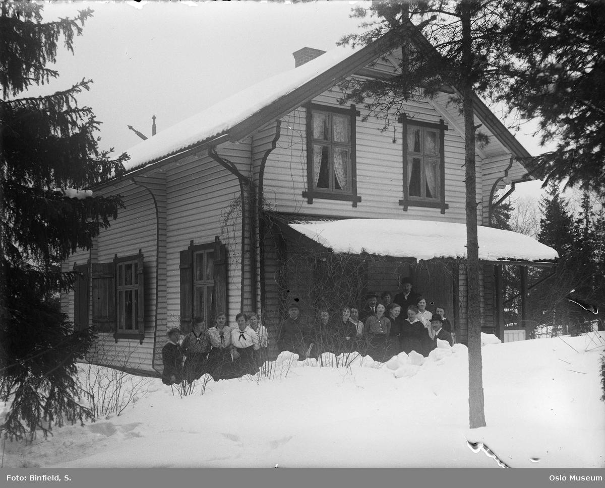bolighus, tømmerhus, kvinner, menn, snø