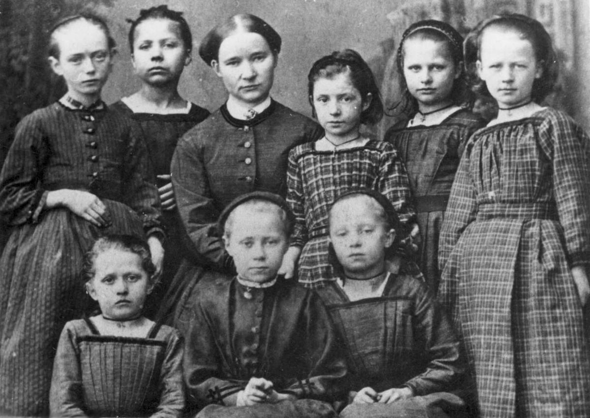 Gruppebilde -  Privat pikeskole i Haugesund, 1860-årene.