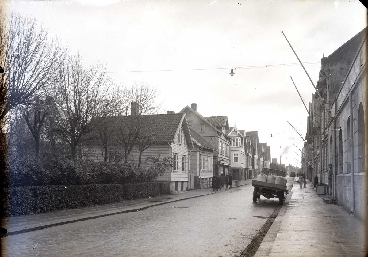 Fra Haraldsgt. v/KM-huset og sett sørover. På østsiden av gata står fremdeles de husene som ble flyttet sørover da Barneparken ble anlagt. Hjørnehuset (Haraldsgt. 61), hadde Ingeborg Stangeland tekstilforretning.