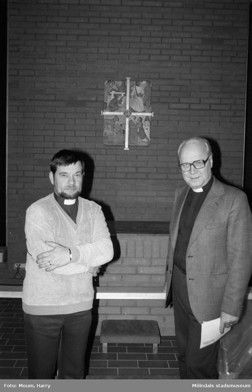 Nybyggda Fågelbergskyrkan i Rävekärr, Mölndal, år 1984. Jan Merje och Olof Dotevall.  För mer information om bilden se under tilläggsinformation.