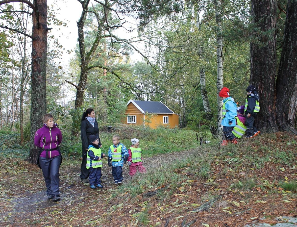 Aktivitetsdag på Berg-Kragerø Museum 8.10.2014. Høstferien. Barn maler, spiser og drar i tau.