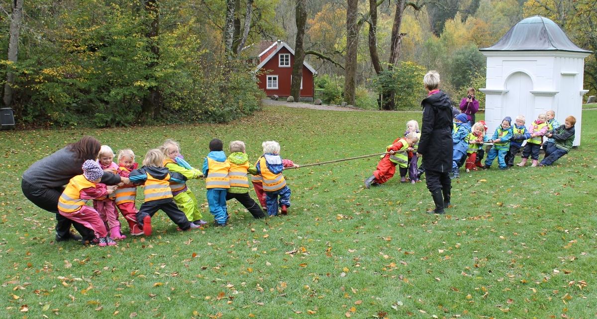 Aktivitetsdag på Berg-Kragerø Museum 8.10.2014. Høstferien. Barn leiker,  maler, triller på en  ring, går på stylter, spiser pølser, og trekker tau.