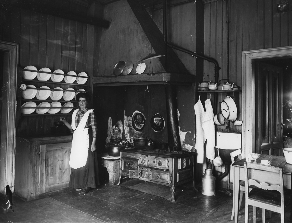Kvinne i kjøkken
