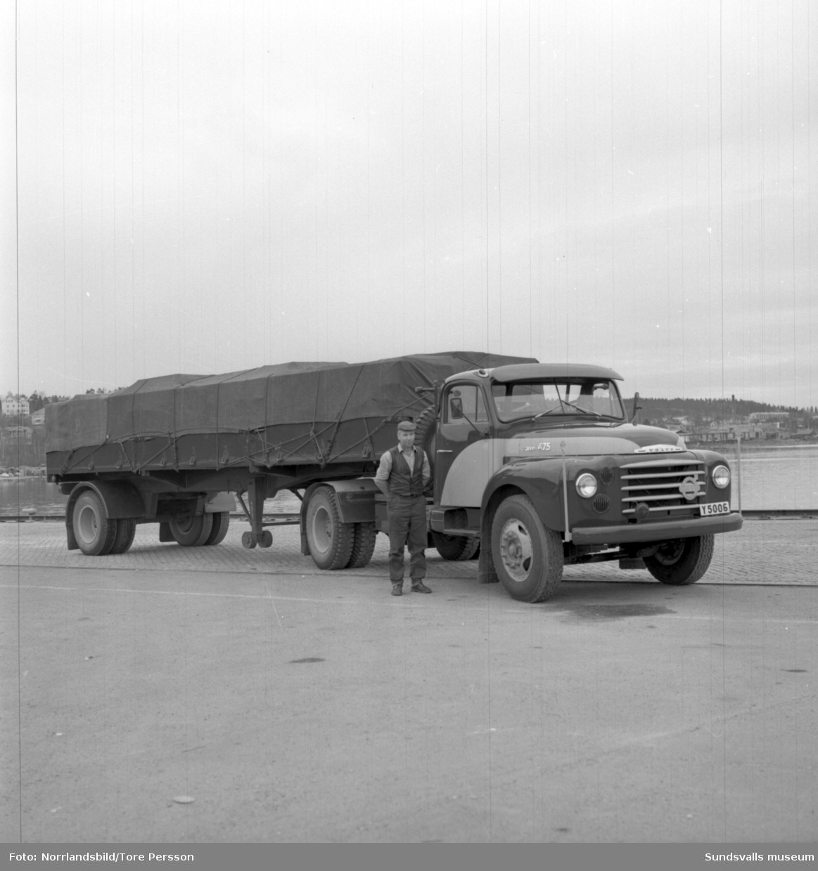 Långtradare från Sundsvall som kör på utlandet, fotograferad i hamnen.