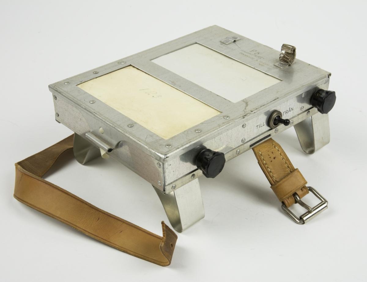 I knäblocket finns det papper att skriva på. Papperet dras framåt/bakåt med hjälp av 2 st rullar, på den ena rullen sitter en pappersrulle, den fästes i motsvarande rulle för att bläddras framåt/bakåt. I knäblocket finns det en lampa för att kunna se vad man skriver/läsa.
