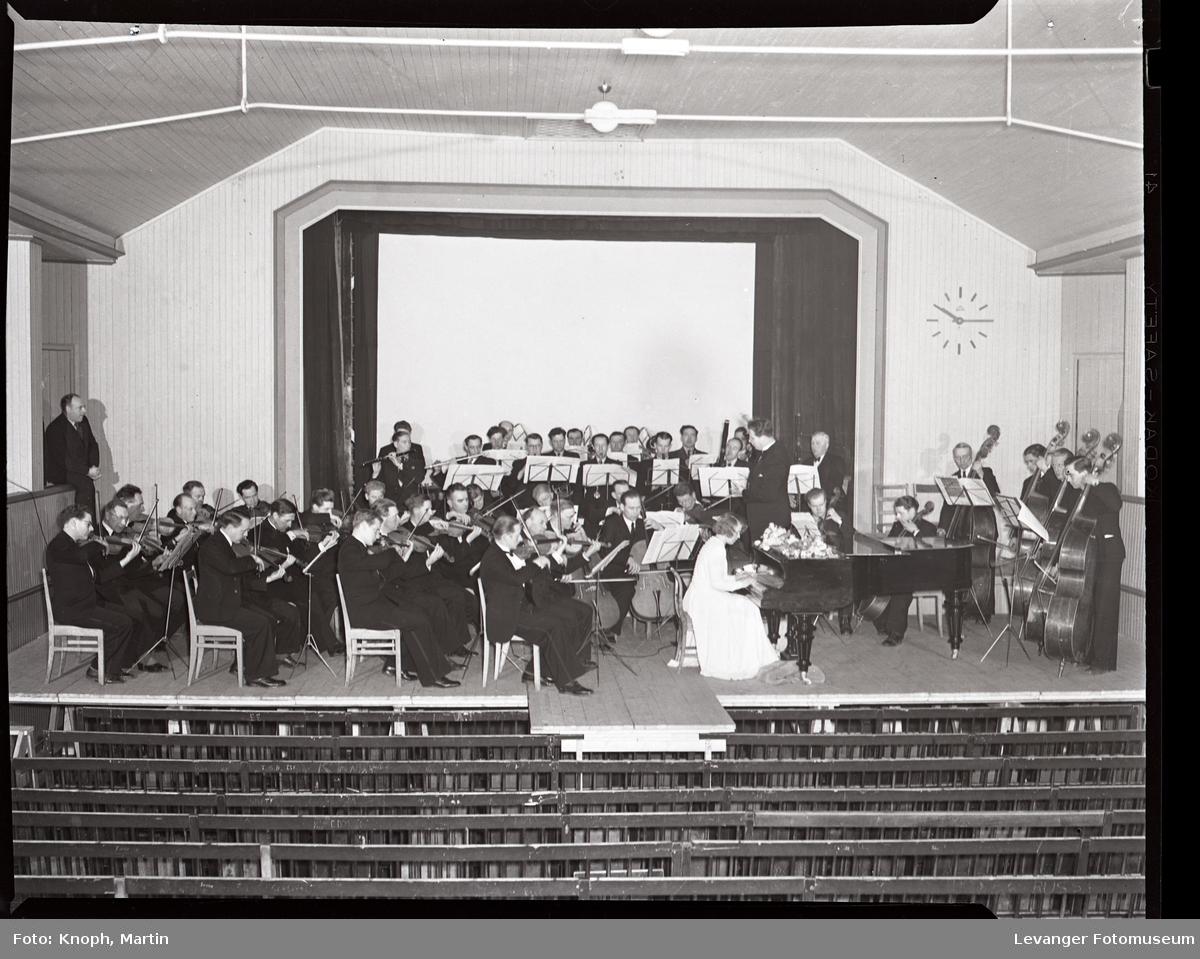 Symfoniorkesteret i kinosalen på Steinkjersannan