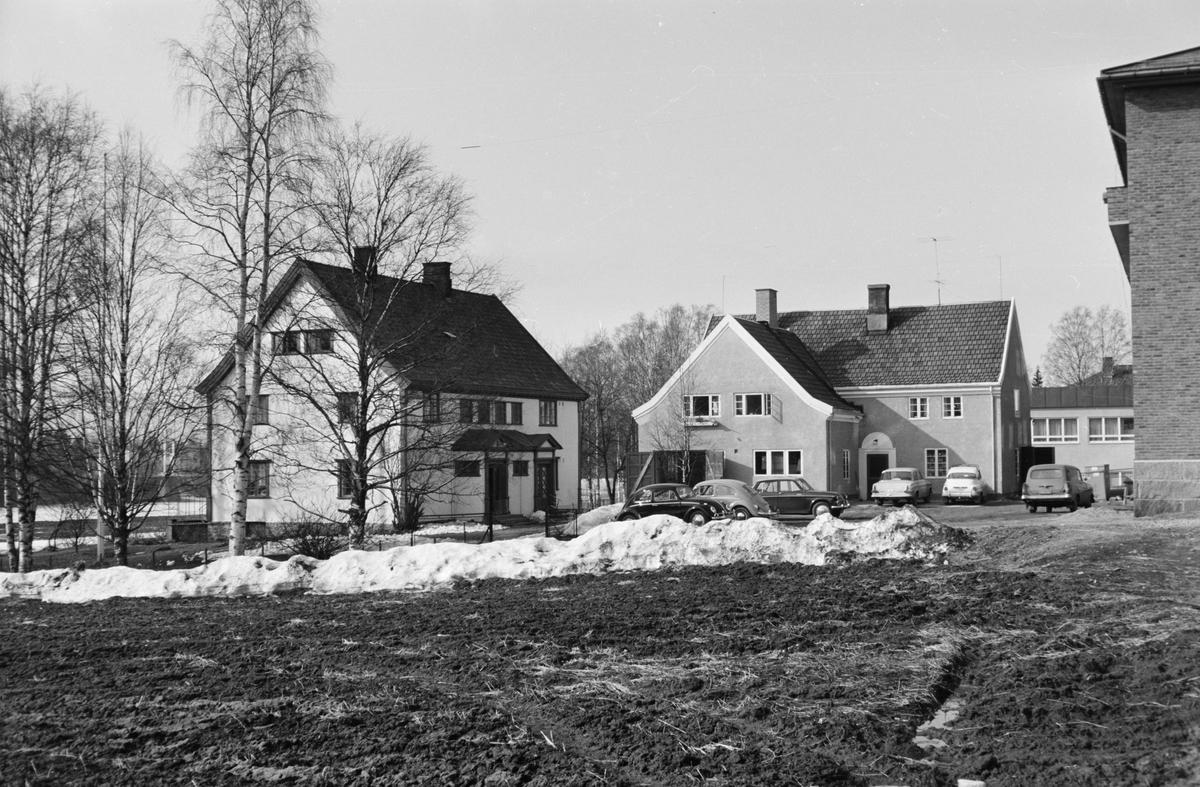 Til venstre: Glitre. Til høyre: Garasjebygning for Ekren. Fotograf Mühlbradt hadde atelier i 2. etasje. Leiret, Elverum.