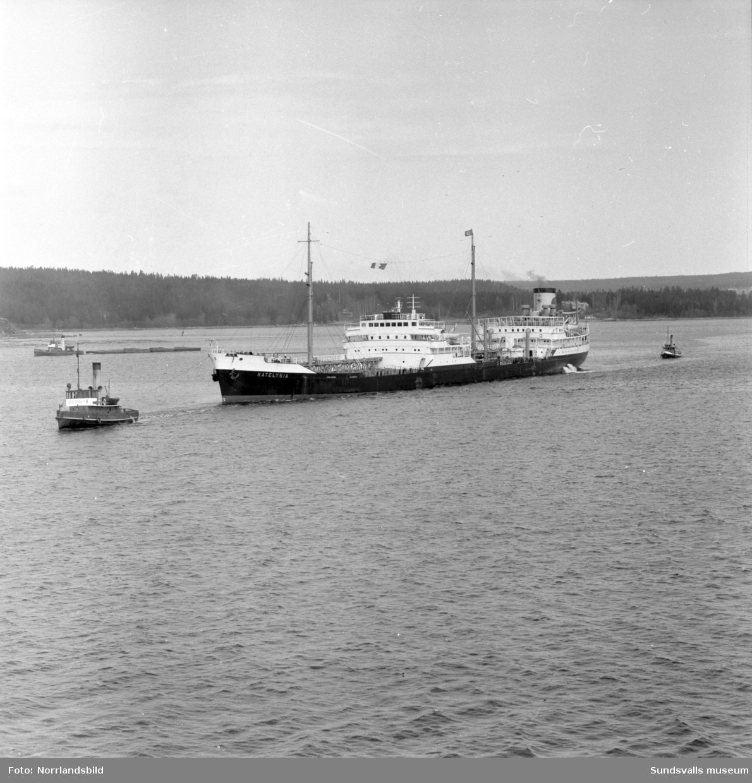 Massor av bilder på tankbåten Katelysia vid Vindskärsvarv. Exteriörer, interiörer, kapten, kabyss, maskinrum med mera.
