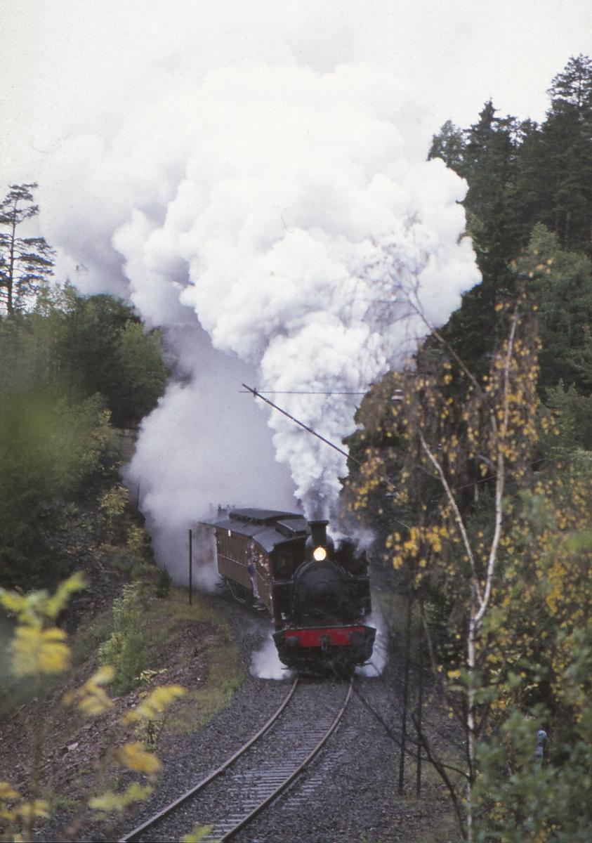Ekstratog for Norsk Jernbaneklubb med damplokomotiv Norsk Hydro M2.  Den nedlagte delen av Drammenbanen Lier - Spikkestad.