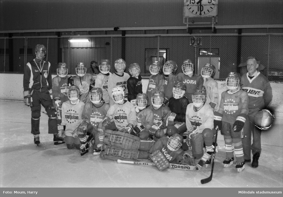 """Invigning av Kållereds ishall, år 1984. """"Nöjda grabbar i KSK som äntligen kommit """"under tak"""".""""  För mer information om bilden se under tilläggsinformation."""