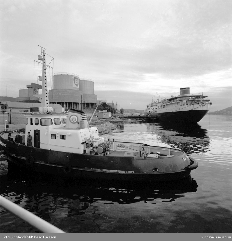 Vindskärsvarv. Sagona, 18000 ton, går ut och Oktania, 42000 ton, anländer. På bild nr 5 ses fotografen Ragge Ellefsson i aktion.