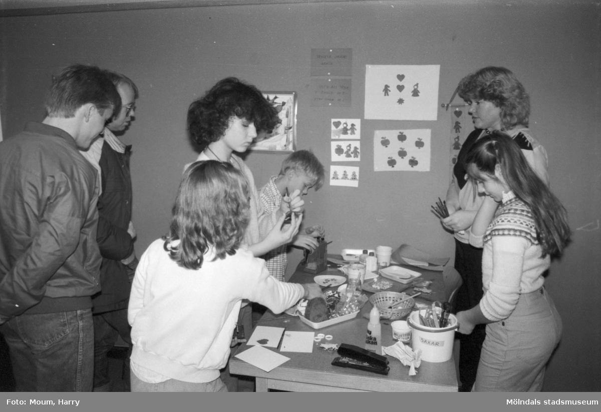 """Julpyssel på Almåsgården i Lindome, år 1984. """"Förskollärare Marianne Svensson basar över Pia Mattsson, Veronica Sundström, Niklas Linell och Linnea Johansson.""""  För mer information om bilden se under tilläggsinformation."""