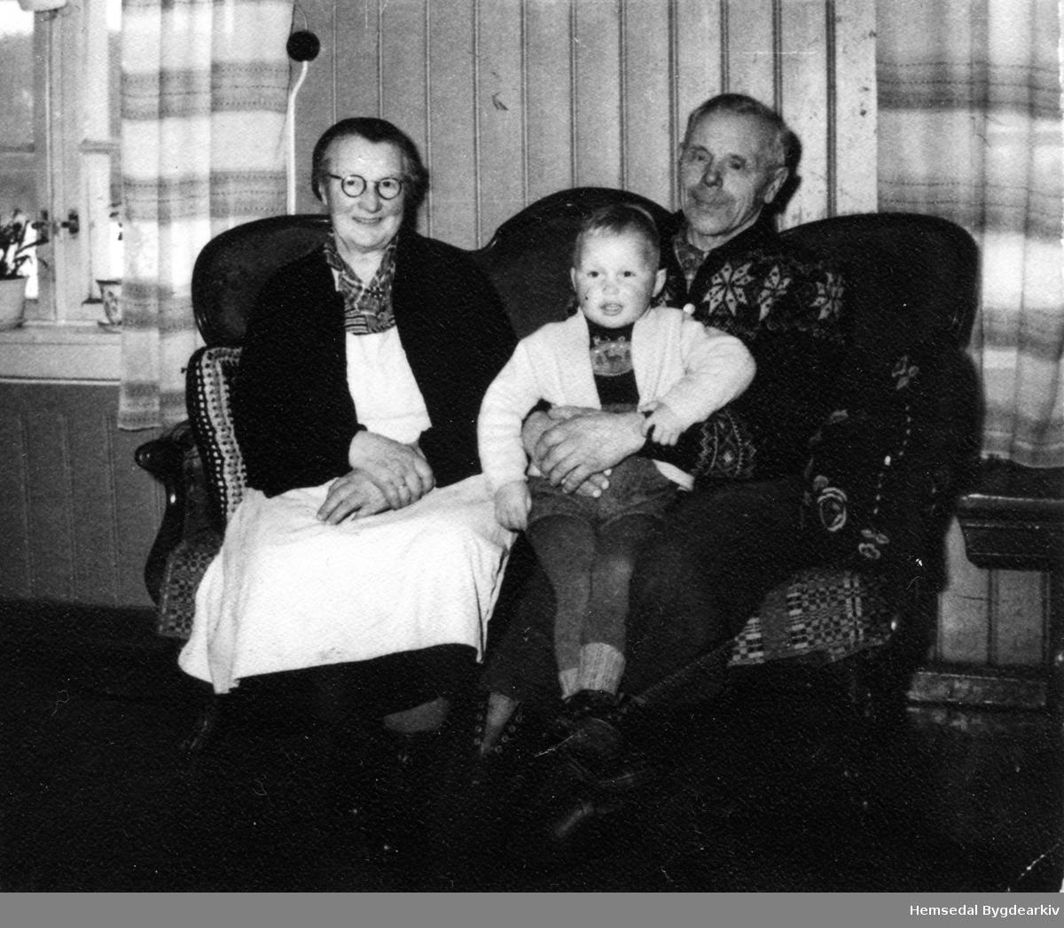 Anne Jordheim og Ola O. Jordheim med barnebarnet Oddmund Jordheim, ca. 1960