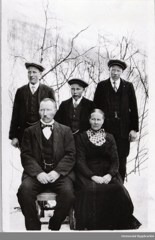 Ola Dekko og Ingebjørg Dekko: Bak frå venstre: Jakob Dekko, Knut Dekko og Ola Dekko, 1917-1918