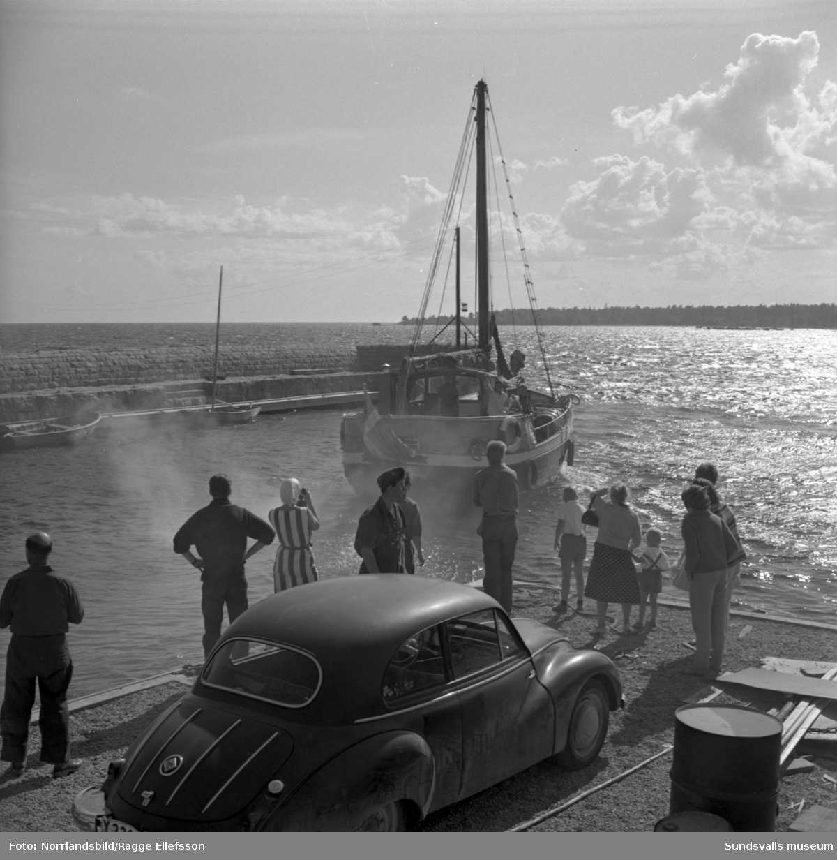 Semestrare i fiskebåt lämnar Lörudden.