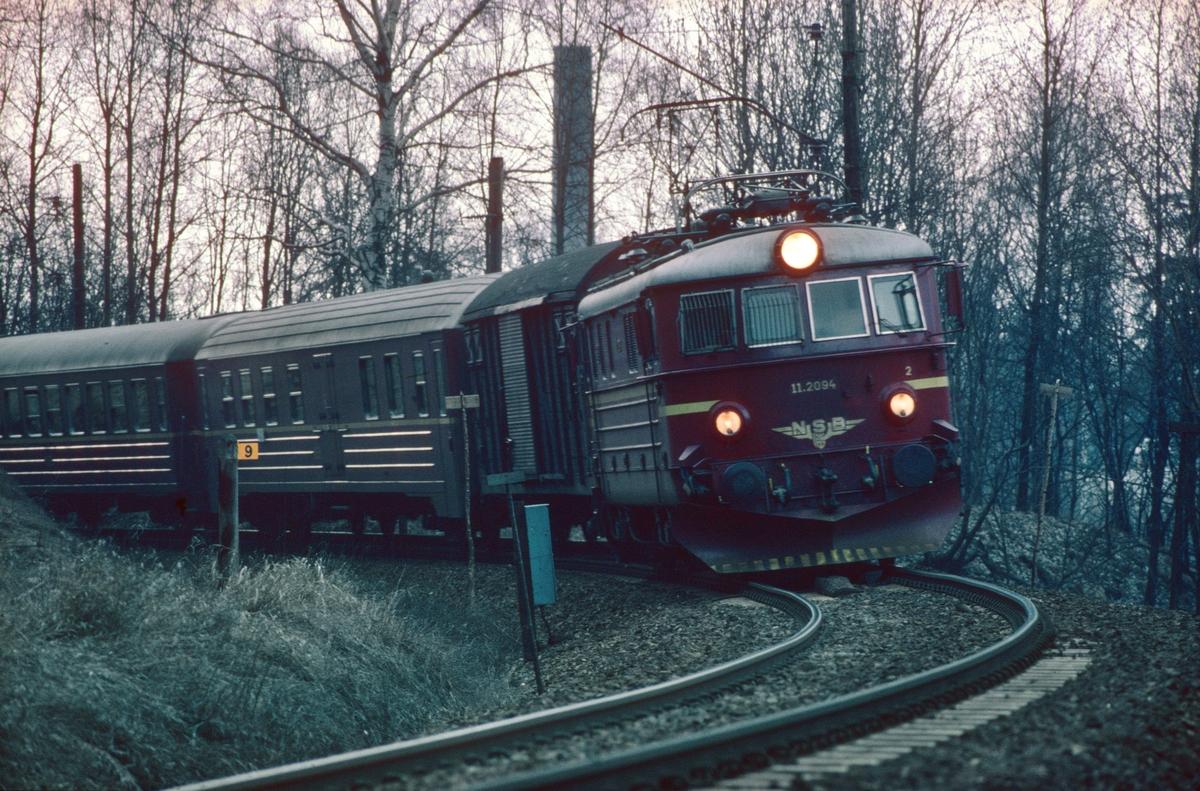 Ekspresstog til Bergen. NSB elektrisk lokomotiv El 11 2094 og vogner type 5.