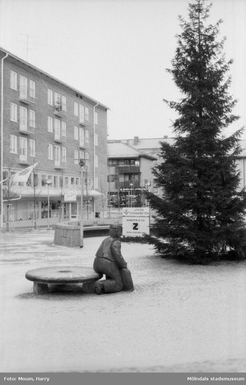 Statyn Albert på Mölndals Torg, år 1984.  Fotografi taget av Harry Moum, HUM, Mölndals-Posten.
