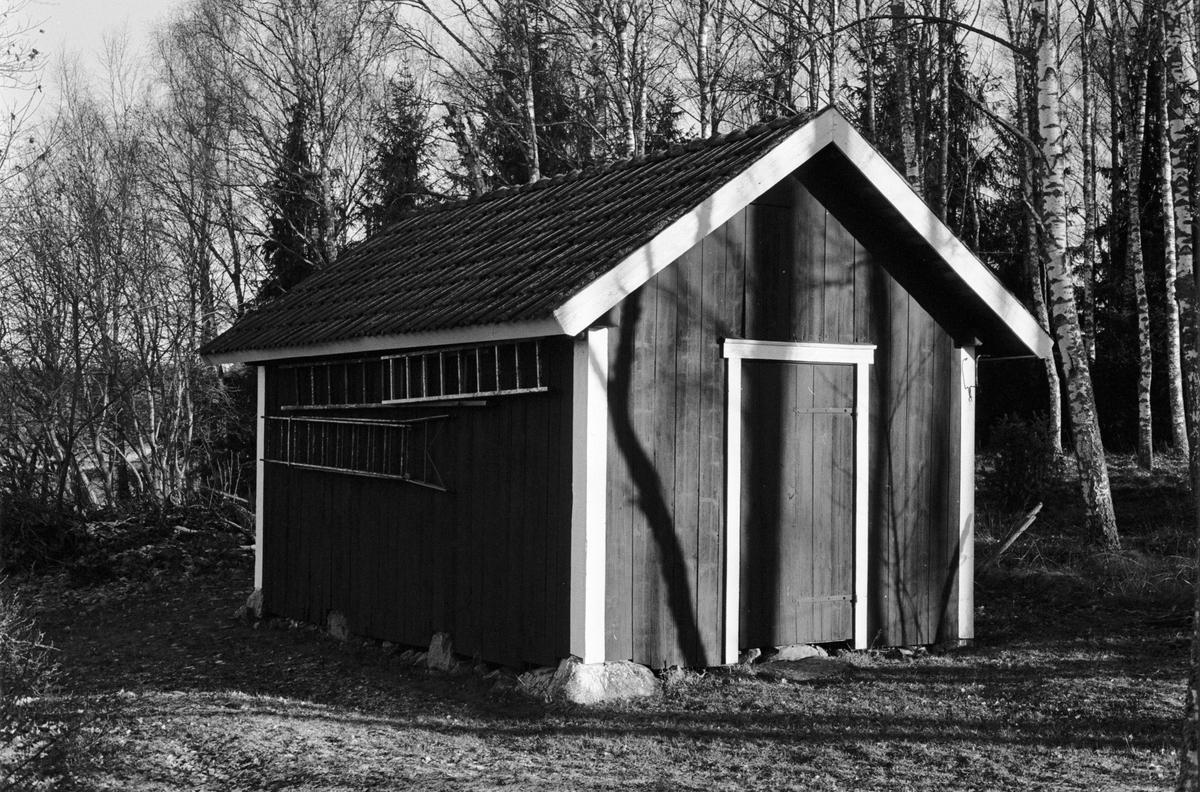 Uthus, Vindhem, Skillsta 2:8, Skogs-Tibble socken, Uppland 1985