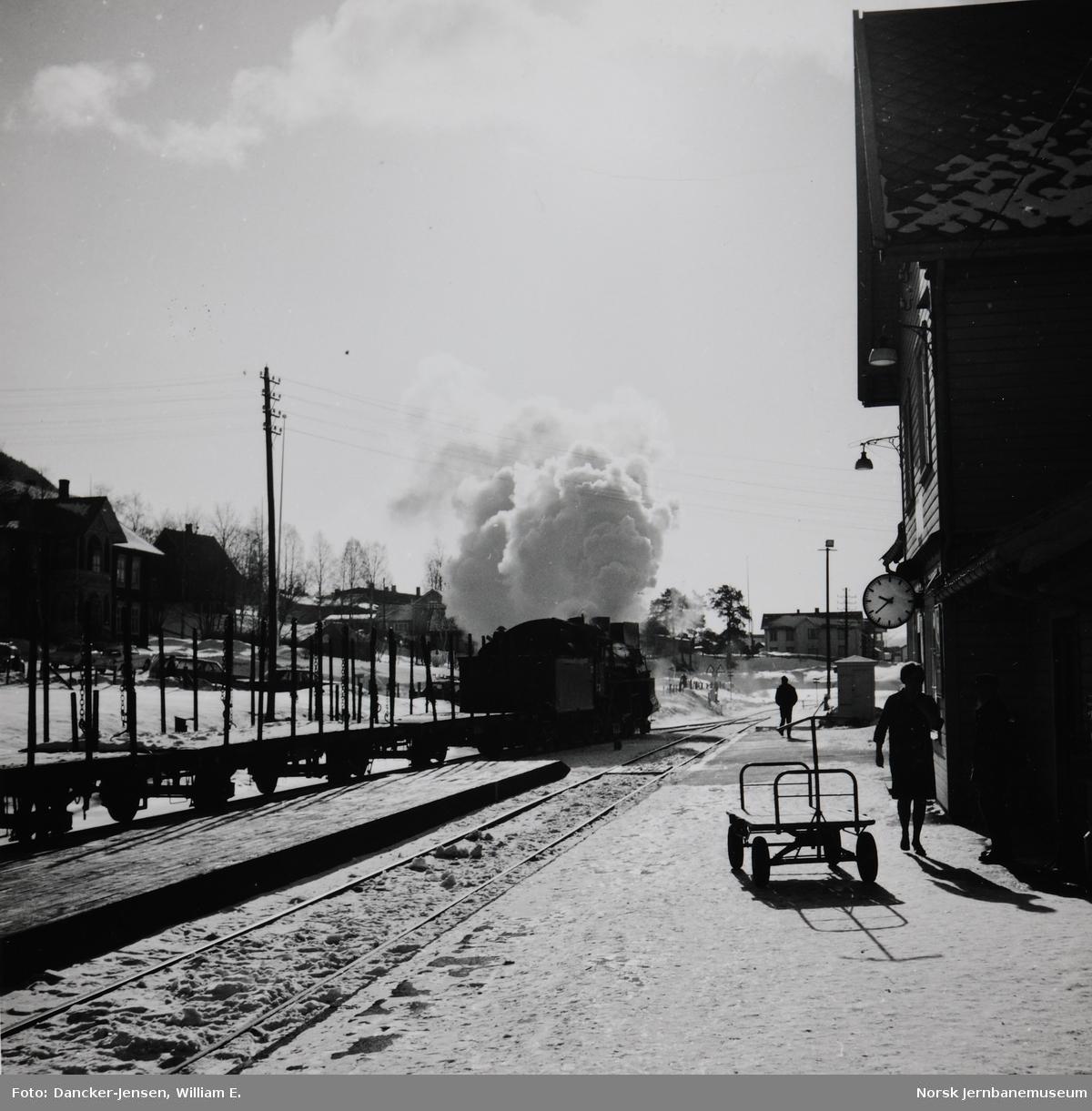Damplokomotiv nr. 412, type 26c, i godstog 5292 skifter på Alvdal stasjon