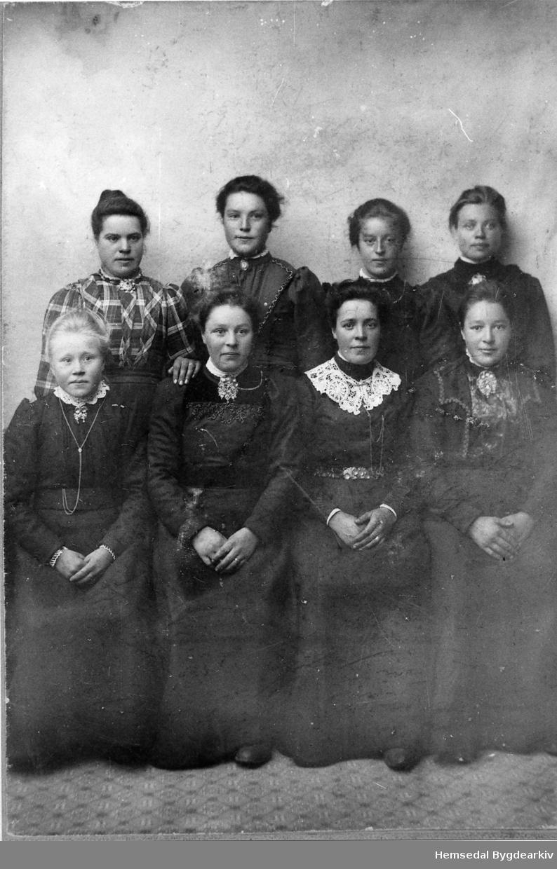 Fremst frå venstre: Margit A. Torset, fødd 1890, Ingrid K. Torset, fødd 1886, Ingebjørg Moen (evt. Barbo Moen), Birgit K. Thorset, fødd 1881