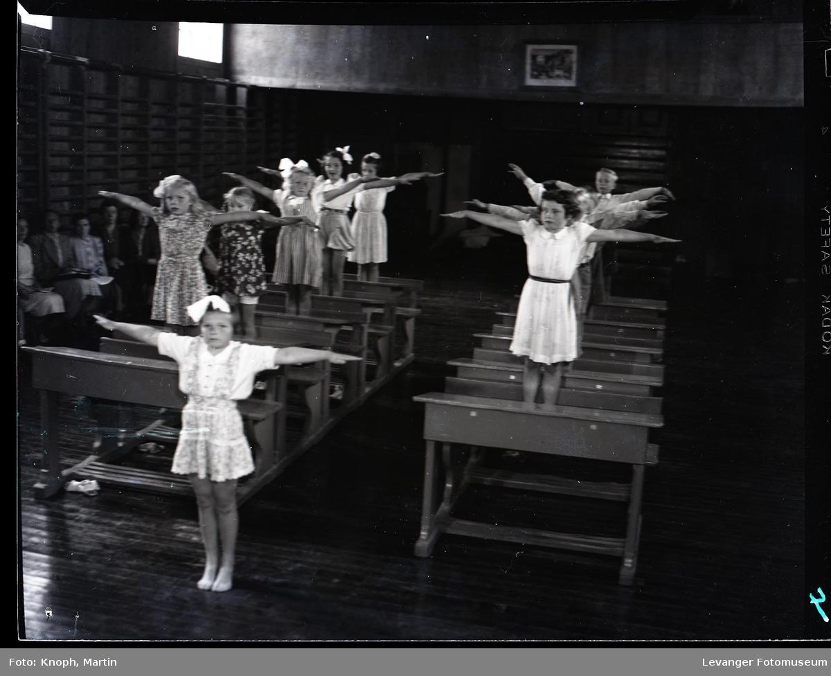 På rekke og rad i klasserommet  II