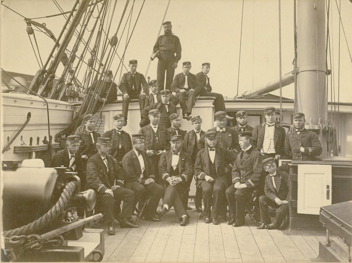 """Motiv: Offiserer og kadetter på """"Nornens"""" tokt i 1870"""
