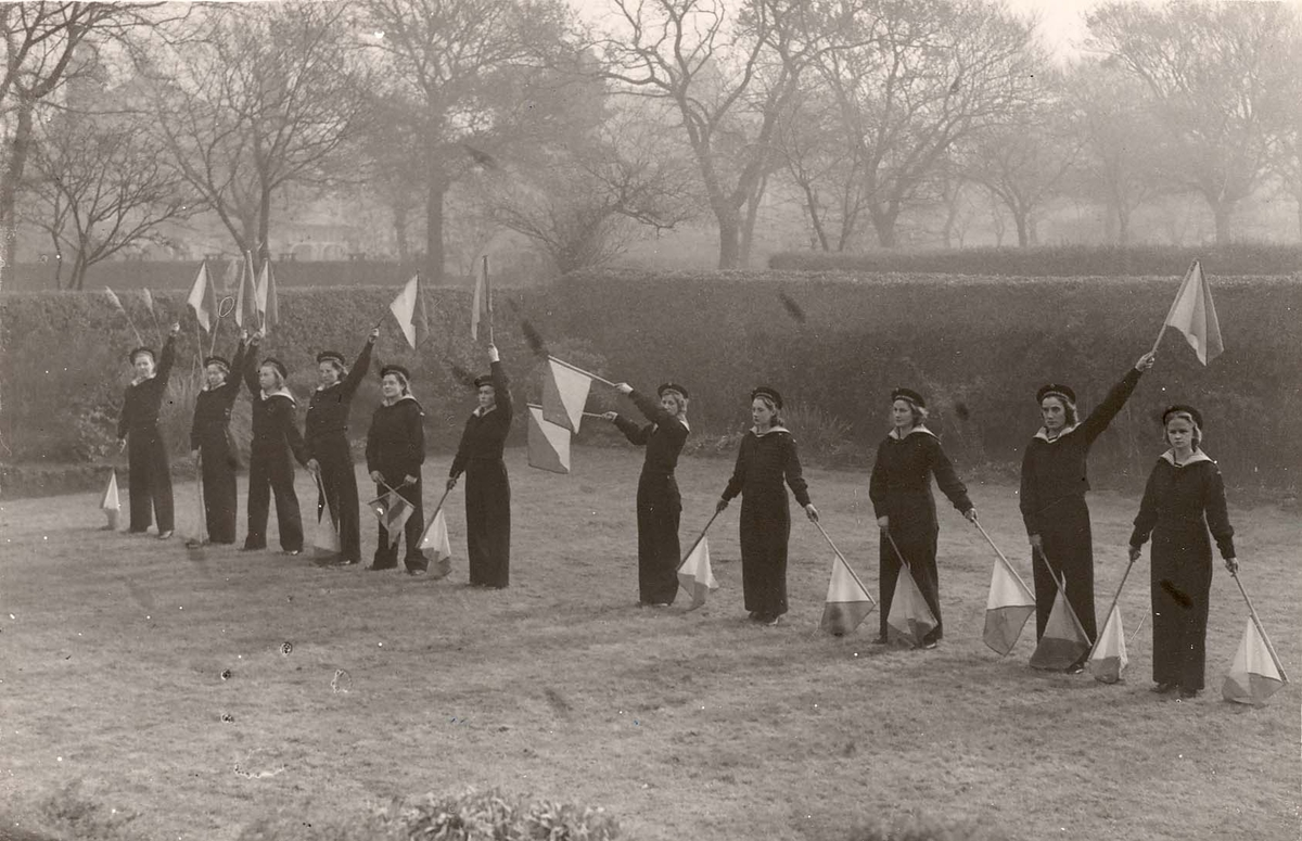 Motiv: Marinens Kvinnekorps 1942-1945 Kurs 2 1942 Signalering semafor