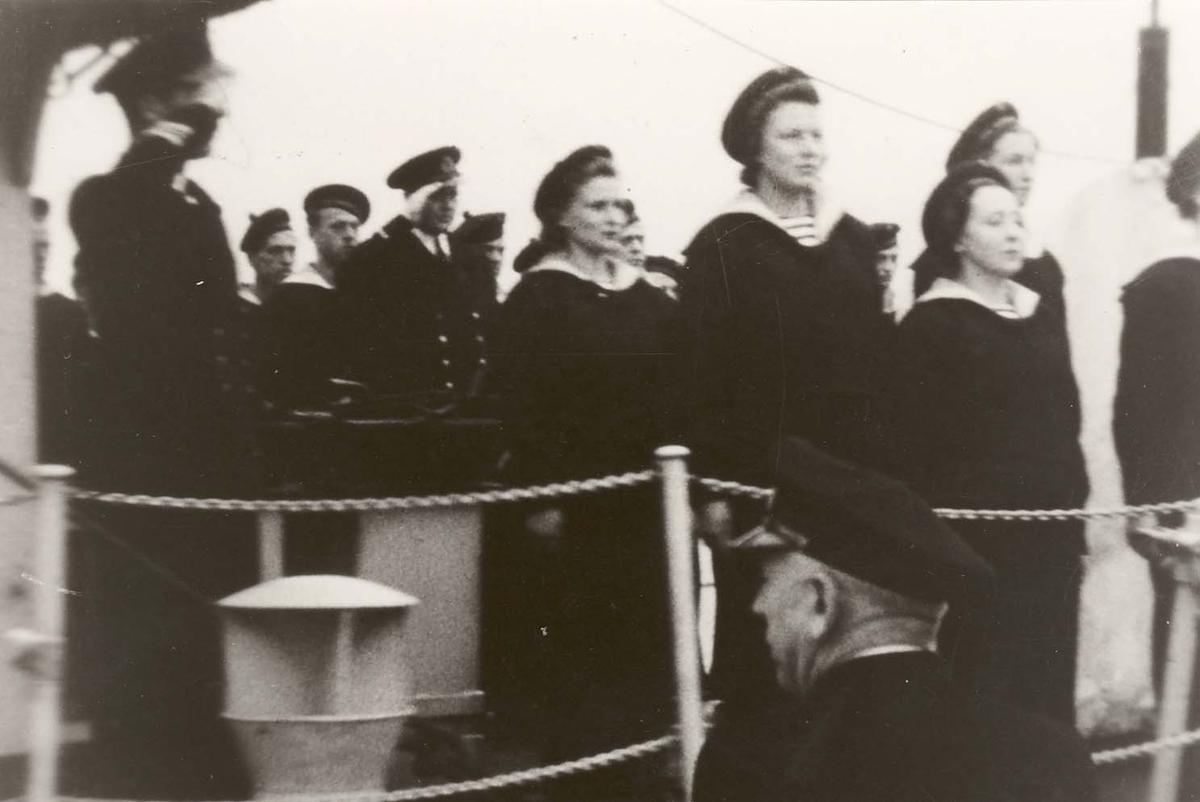 Motiv: Marinens Kvinnekorps 1942-1945 Oppstilling ved fallrepet, jageren DRAUG